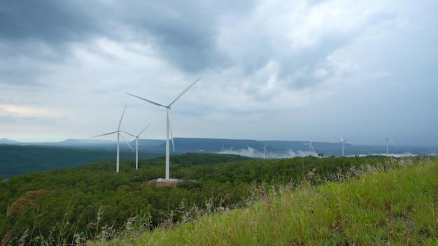Gerador de turbina do moinho de vento no por do sol