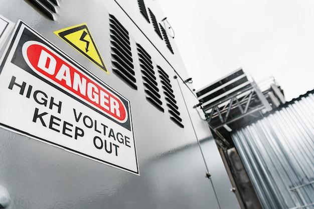 Gerador definido com a inscrição perigo. alta tensão manter fora