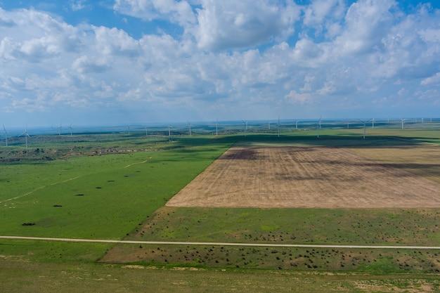 Geradores de pás eólicas com vista panorâmica em um campo do oeste do texas em um grande parque eólico