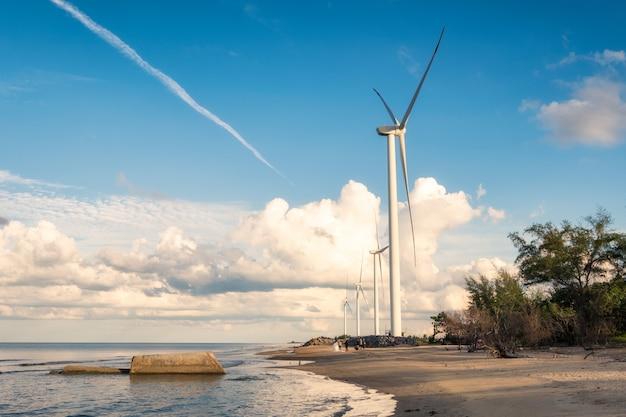 Geradores de turbinas de vento no mar em nakhon si thammarat