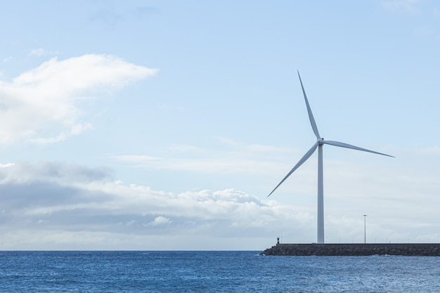 Geradores eólicos de eletricidade na ilha de gran canaria. conceito de energia renovável e meio ambiente
