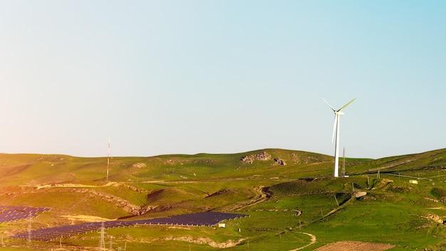 Geradores eólicos e painéis solares, fonte alternativa de energia