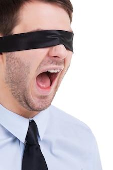 Gerenciamento cego. jovem empresário com os olhos vendados gritando em pé isolado no branco