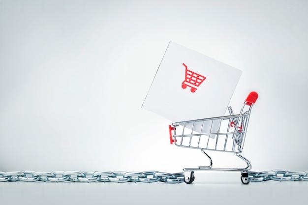 Gerenciamento da cadeia de suprimentos scm. caixa de pacote no carrinho de compras em fundo cinza com espaço de cópia.