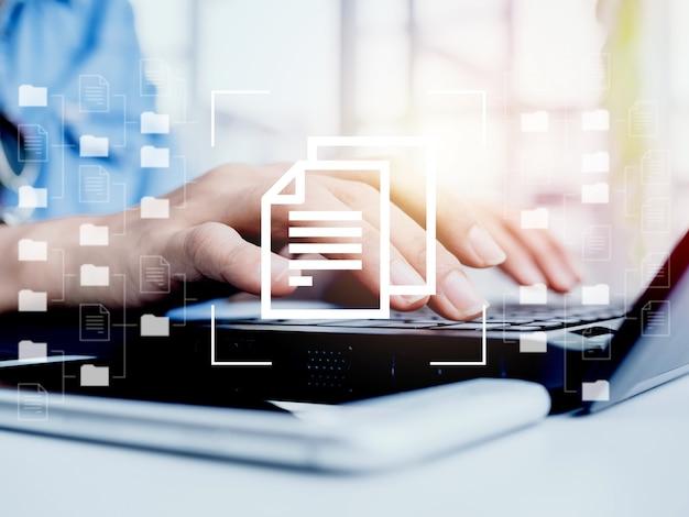 Gerenciamento de documento. documente os ícones de informações e pastas do arquivo com as mãos do empresário trabalhando no computador laptop, bancos de dados digitais on-line, sistemas de dados e conceitos de tecnologia de internet para negócios.
