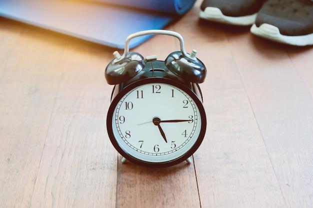 Gerenciamento de tempo branco com um relógio antigo
