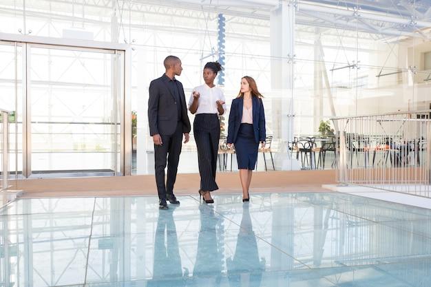 Gerente afro-americano sério falando aos investidores sobre o projeto