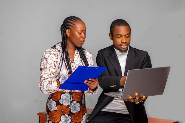 Gerente bonito e seu colega trabalhando em seu plano de negócios