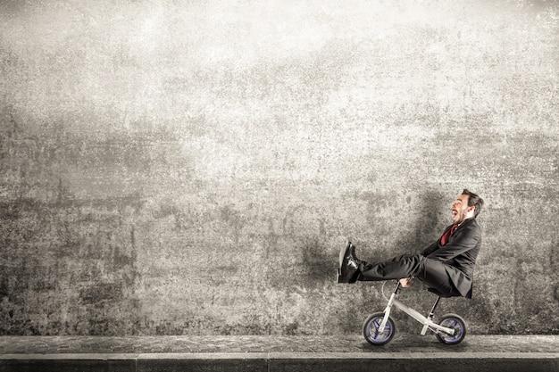 Gerente com bicicleta pequena