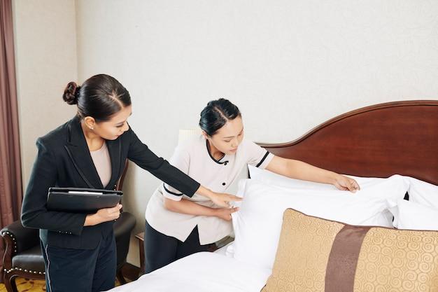 Gerente com empregada trabalhando no hotel