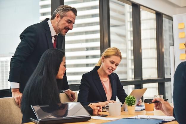 Gerente com os trabalhadores da equipe na reunião