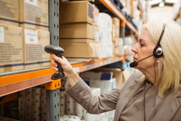 Gerente com pacote de escaneamento de fone de ouvido