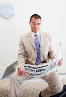 Gerente confiante lendo um jornal