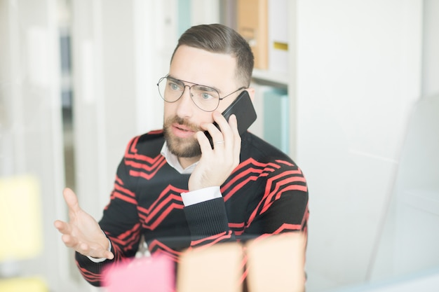 Gerente confuso, resolvendo problemas no telefone