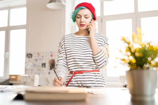 Gerente criativa do sexo feminino trabalhando no ateliê de moda