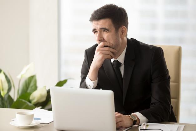 Gerente da empresa sentindo-se sonolento no local de trabalho