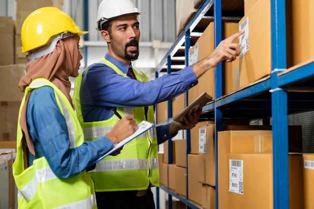 Gerente de armazém conversando com o trabalhador sobre logística