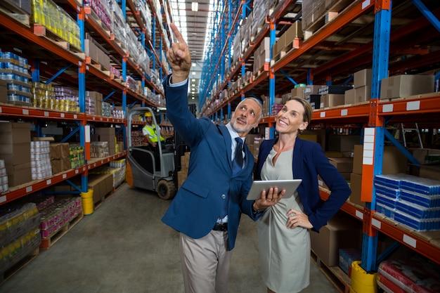 Gerente de armazém e cliente interagindo entre si