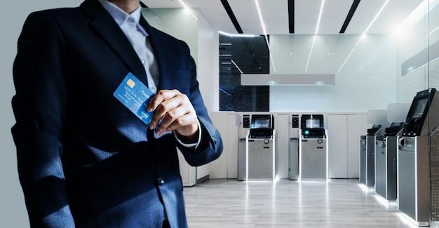 Gerente de banco, segurando um cartão de crédito