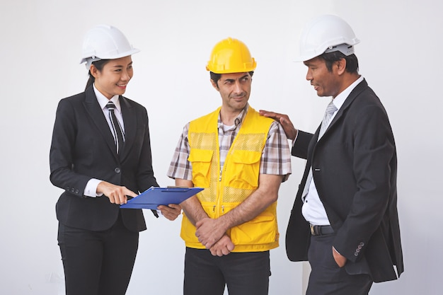 Gerente de construção e engenheiro falando