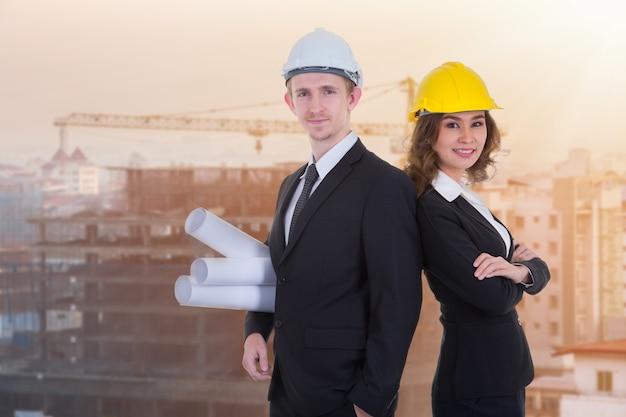 Gerente de construção e engenheiro trabalhando no canteiro de obras.