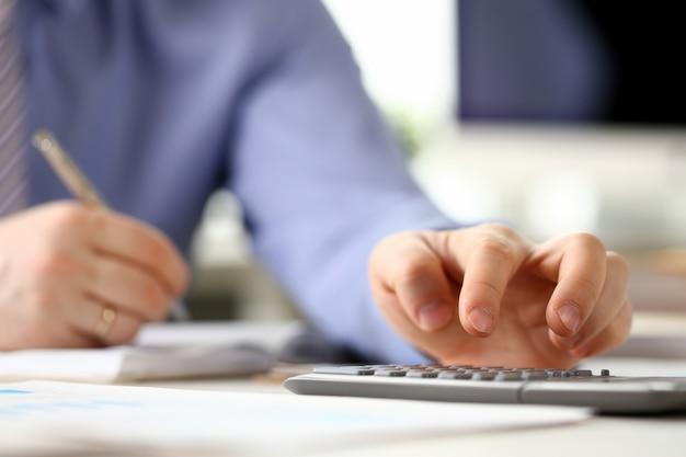 Gerente de contador analisando o gráfico de investimento