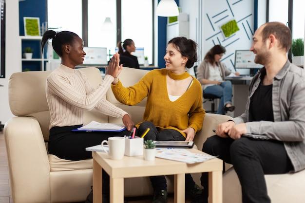 Gerente de empresa confiante dando tarefas de trabalho a diversos colegas de equipe