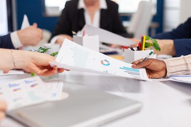Gerente de empresa confiante dando tarefas de trabalho a diversos funcionários da equipe