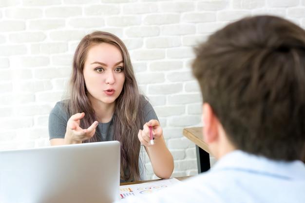 Gerente de empresária culpando sua equipe no escritório