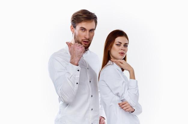 Gerente de equipe de trabalho de designer e maquete de fundo claro de camisa branca