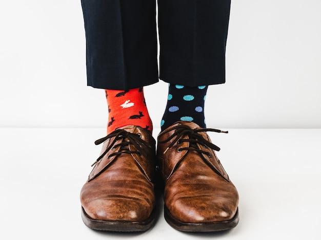 Gerente de escritório em sapatos elegantes e meias brilhantes