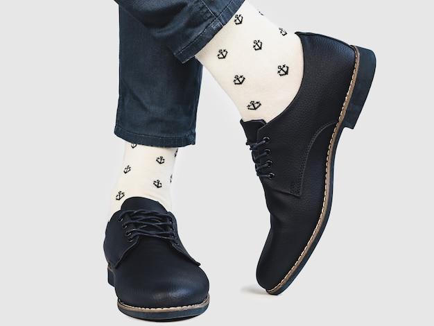 Gerente de escritório, sapatos elegantes e meias brilhantes