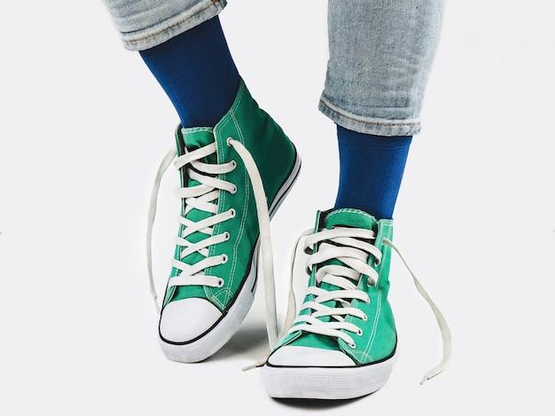 Gerente de escritório, tênis elegantes e meias multicoloridas