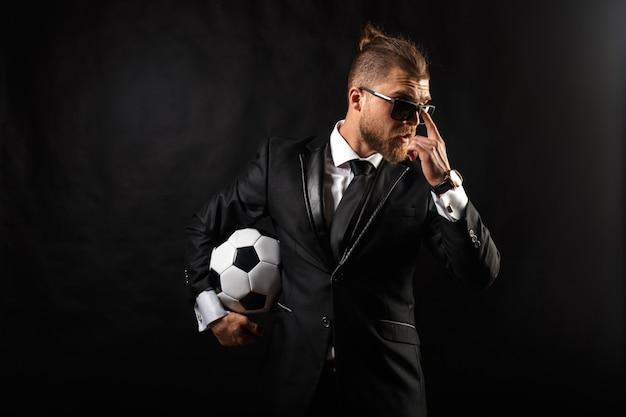 Gerente de esporte de futebol no terno de negócio
