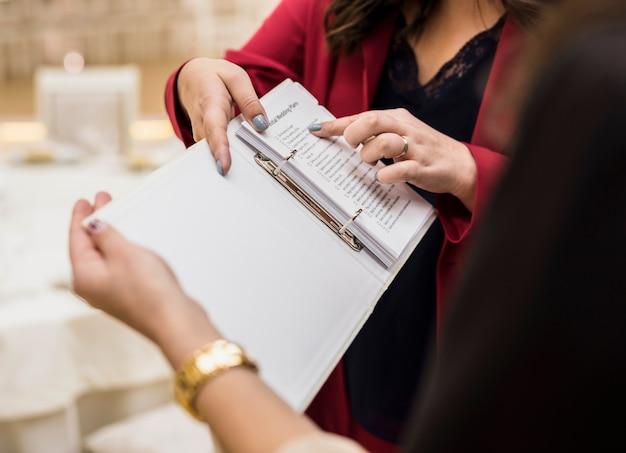 Gerente de eventos, mostrando o plano em papel