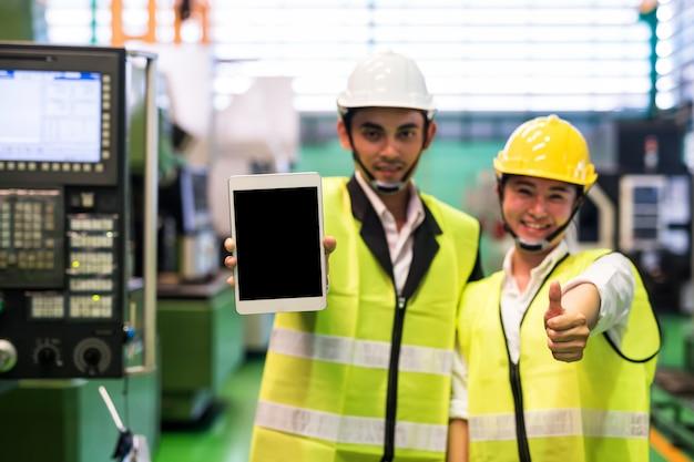 Gerente de fábrica mostra tablet com tela em branco