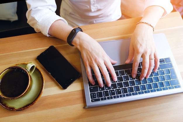 Gerente de garota, freelancer, senhora de negócios trabalhando no laptop.