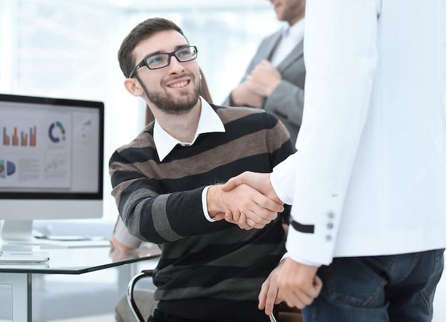 Gerente de handshake e cliente no escritório.