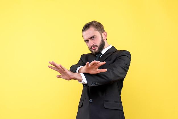 Gerente de homem confiante mostrando gesto de parada com as mãos cruzadas