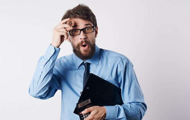Gerente de investimento em criptomoeda calculadora financista masculino