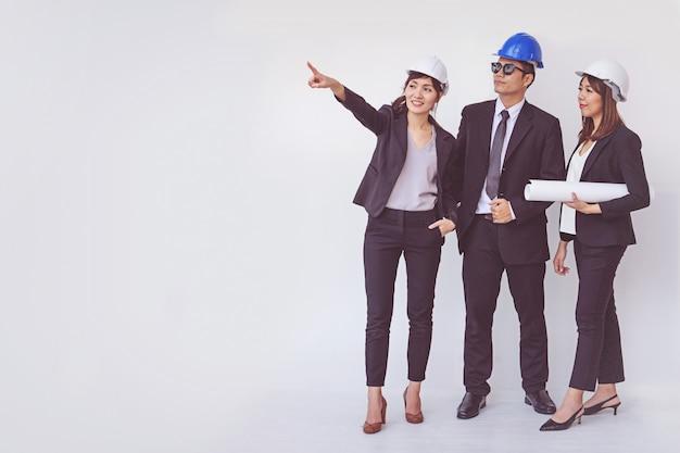 Gerente de negócios e engenheiro reunião projeto no canteiro de obras