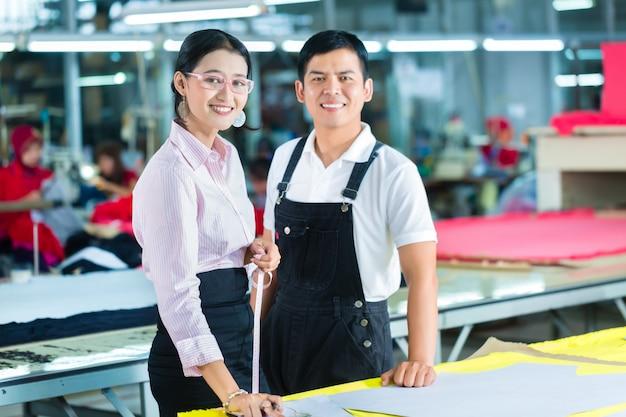Gerente de produção e designer na fábrica asiática