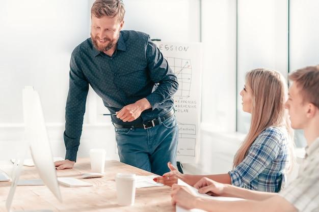 Gerente de projeto em reunião de trabalho com a equipe de negócios. o conceito de trabalho em equipe