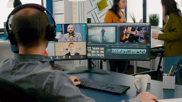 Gerente de projeto em reunião on-line na web com equipe de trabalho de cliente de edição de videochamada obtendo feedback o ...
