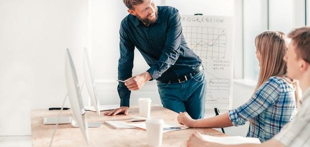 Gerente de projeto explicando à equipe suas ideias. o conceito de trabalho em equipe