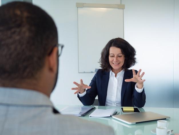Gerente de recursos humanos, entrevistando o candidato masculino