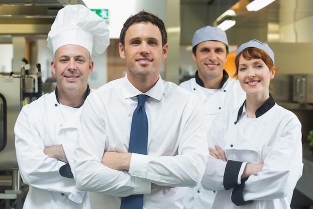 Gerente de restaurante em frente a equipe de chefs
