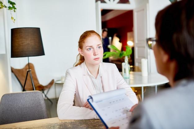 Gerente de rh que conduz a entrevista