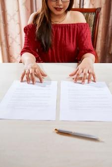 Gerente de seguros com documentos