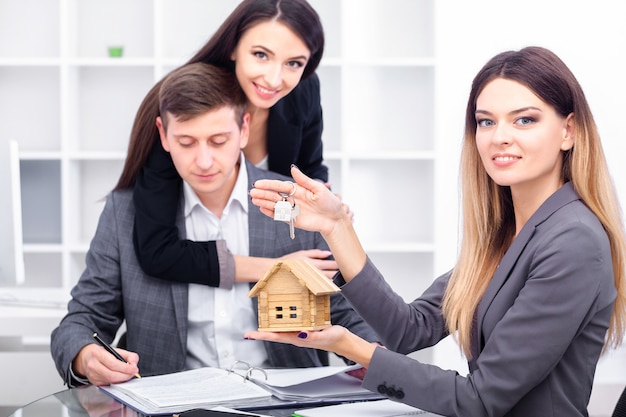 Gerente de vendas, dando conselhos para casal